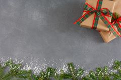 Χειροποίητα κιβώτια δώρων Χριστουγέννων, τοπ άποψη, διάστημα αντιγράφων στο γκρίζο επιτραπέζιο υπόβαθρο Το FIR, διακοσμημένο χιόν Στοκ φωτογραφία με δικαίωμα ελεύθερης χρήσης