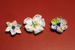 Χειροποίητα λουλούδια -14 υφάσματος Kanzashi στοκ εικόνες