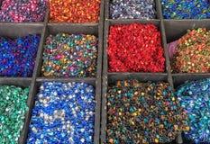 Χειροποίητα μαντίλι και περιδέραια υφασμάτων στην αγορά αγροτών ` s Στοκ Φωτογραφία