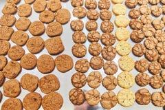 Χειροποίητα μικρά μπισκότα Πίνακας συμποσίου catering στοκ εικόνες