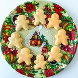 Χειροποίητα μπισκότα Χριστουγέννων στο διακοσμητικό δίσκο στοκ εικόνες