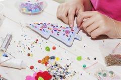 Χειροποίητα παιχνίδια Χριστουγέννων Βαθμιαία Διαδικασία του χεριού - γίνοντα μαλακά παιχνίδια που ράβουν με αισθητός και βελόνα γ Στοκ Φωτογραφία