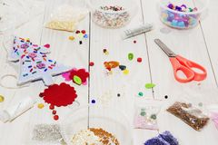Χειροποίητα παιχνίδια Χριστουγέννων Βαθμιαία Διαδικασία του χεριού - γίνοντα μαλακά παιχνίδια που ράβουν με αισθητός και βελόνα γ Στοκ Φωτογραφίες