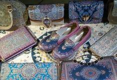 χειροποίητα παντόφλες και τσαντάκια, πορτοφόλια, ανατολικό ύφος τσαντών στοκ εικόνες