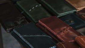 Χειροποίητα πορτοφόλια δέρματος για την πώληση στο οικογενειακό κατάστημα φιλμ μικρού μήκους