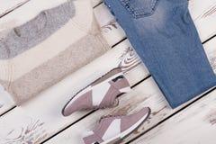 Χειροποίητα πουλόβερ, τζιν και πάνινα παπούτσια στοκ φωτογραφία με δικαίωμα ελεύθερης χρήσης