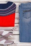 Χειροποίητα πουλόβερ, τζιν και πάνινα παπούτσια στοκ εικόνα με δικαίωμα ελεύθερης χρήσης