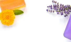 Χειροποίητα σαπούνια γλυκερίνης με τα λουλούδια. Στοκ εικόνες με δικαίωμα ελεύθερης χρήσης