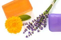 Χειροποίητα σαπούνια γλυκερίνης με τα λουλούδια. Στοκ Φωτογραφίες