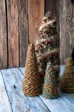 Χειροποίητα χριστουγεννιάτικα δέντρα με τους κώνους Στοκ φωτογραφίες με δικαίωμα ελεύθερης χρήσης