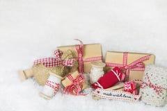 Χειροποίητα χριστουγεννιάτικα δώρα με το ράψιμο των εργαλείων στο κόκκινο και το μόριο Στοκ εικόνα με δικαίωμα ελεύθερης χρήσης