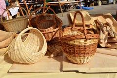 Χειροποίητα ψάθινα καλάθια και χαρασμένα ξύλινα εργαλεία κουζινών Στοκ Εικόνα