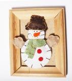 Χειροποίητα δώρα Χριστουγέννων στον ξύλινο τρύγο πλαισίων στο άσπρο υπόβαθρο copyspace για το κείμενο Συγχαρητήρια καλής χρονιάς Στοκ φωτογραφία με δικαίωμα ελεύθερης χρήσης