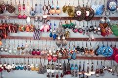Χειροποίητα earings που τίθενται στην αγορά στοκ εικόνες