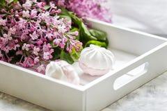 Χειροποίητα marshmallows εξυπηρέτησαν σε ένα κιβώτιο δώρων και μια ανθοδέσμη μιας πασχαλιάς o στοκ φωτογραφίες