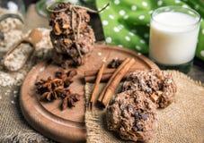 Χειροποίητα oatmeal μπισκότα και γάλα Στοκ φωτογραφία με δικαίωμα ελεύθερης χρήσης