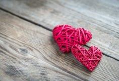 Χειροποίητες αναδρομικές καρδιές στο ξύλινο υπόβαθρο Στοκ Εικόνες