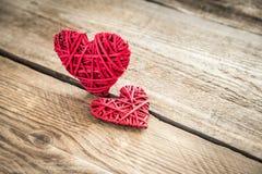 Χειροποίητες αναδρομικές καρδιές στο ξύλινο υπόβαθρο Στοκ φωτογραφίες με δικαίωμα ελεύθερης χρήσης