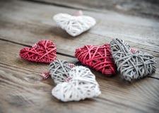 Χειροποίητες αναδρομικές καρδιές στο ξύλινο υπόβαθρο Στοκ Φωτογραφίες