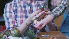 Χειροποίητες διακοσμήσεις Χριστουγέννων από τους κλάδους έλατου, ραβδί κανέλας, σφαίρες φιλμ μικρού μήκους