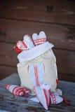 Χειροποίητες διαμορφωμένες καρδιά διακοσμήσεις Χριστουγέννων στην τσάντα λινού Στοκ Φωτογραφία