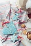 Χειροποίητες κεραμικές διακοσμήσεις Χριστουγέννων με το amarettini και coffe στοκ εικόνες με δικαίωμα ελεύθερης χρήσης