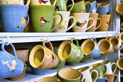 Χειροποίητες κεραμικές κούπες για την πώληση στην αγορά της Κρακοβίας Στοκ Εικόνες
