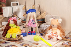 Χειροποίητες κούκλες στον εργασιακό χώρο Στοκ Εικόνες