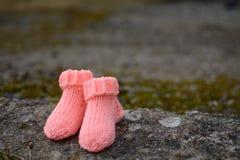 Χειροποίητες μάλλινες κάλτσες για μικρές στοκ εικόνα