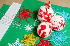 Χειροποίητες πλέκοντας σφαίρες Χριστουγέννων Στοκ Φωτογραφίες