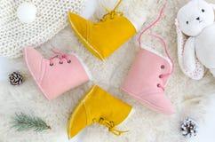 Χειροποίητες Sheepskin μπότες, παντόφλες, παπούτσια, μοκασίνια Ρόδινος και κίτρινος γνήσιος μαλακός φυσικός δέρματος Χειμερινή έν στοκ φωτογραφίες