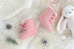Χειροποίητες Sheepskin μπότες, παντόφλες, παπούτσια, μοκασίνια Ρόδινος γνήσιος μαλακός φυσικός δέρματος Το επίπεδο χειμερινής ένν στοκ εικόνες