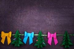 Χειροποίητη διακόσμηση εγγράφου Χριστουγέννων στο παλαιό ξύλινο shabby υπόβαθρο Στοκ Φωτογραφία