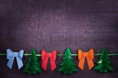 Χειροποίητη διακόσμηση εγγράφου Χριστουγέννων στο παλαιό ξύλινο shabby υπόβαθρο Στοκ Εικόνες