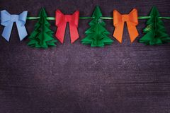 Χειροποίητη διακόσμηση εγγράφου Χριστουγέννων στο παλαιό ξύλινο shabby υπόβαθρο Στοκ εικόνα με δικαίωμα ελεύθερης χρήσης