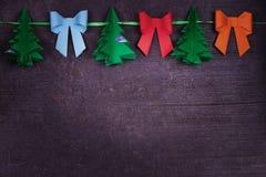 Χειροποίητη διακόσμηση εγγράφου Χριστουγέννων στο παλαιό ξύλινο shabby υπόβαθρο Στοκ φωτογραφία με δικαίωμα ελεύθερης χρήσης