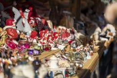Χειροποίητη διακόσμηση Χριστουγέννων από το porcelaine και γυαλί στο εναλλασσόμενο ρεύμα στοκ εικόνες με δικαίωμα ελεύθερης χρήσης