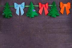 Χειροποίητη διακόσμηση εγγράφου Χριστουγέννων στο παλαιό ξύλινο shabby υπόβαθρο κλείστε επάνω Άποψη άνωθεν, τοπ πυροβολισμός Στοκ Φωτογραφία