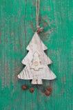 Χειροποίητη διακόσμηση Χριστουγέννων - δέντρο που χαράζεται σε ένα πράσινο υπόβαθρο Στοκ εικόνα με δικαίωμα ελεύθερης χρήσης