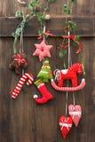Χειροποίητη διακόσμηση Χριστουγέννων πέρα από το αγροτικό ξύλινο υπόβαθρο Στοκ Φωτογραφία