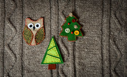 Χειροποίητη διακόσμηση Χριστουγέννων στο θερμό πλεκτό υπόβαθρο νέο έτος έννοιας Εκλεκτής ποιότητας κάρτα Χριστουγέννων με το χειρ Στοκ φωτογραφία με δικαίωμα ελεύθερης χρήσης