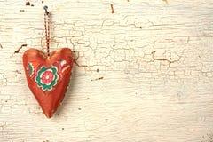 Χειροποίητη καρδιά βαλεντίνων σε μια άσπρη ξύλινη πόρτα Στοκ εικόνες με δικαίωμα ελεύθερης χρήσης