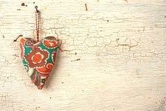 Χειροποίητη καρδιά βαλεντίνων σε μια άσπρη παλαιά ξύλινη πόρτα Στοκ φωτογραφία με δικαίωμα ελεύθερης χρήσης