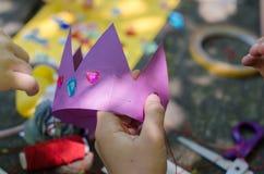 Χειροποίητη κορώνα εγγράφου με τα κρύσταλλα για το κόμμα πριγκηπισσών στοκ φωτογραφία με δικαίωμα ελεύθερης χρήσης