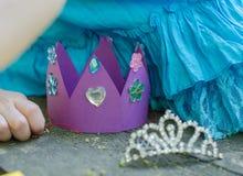 Χειροποίητη κορώνα εγγράφου με τα κρύσταλλα για το κόμμα πριγκηπισσών στοκ εικόνα με δικαίωμα ελεύθερης χρήσης