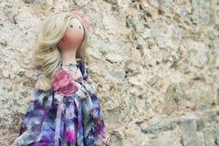Χειροποίητη κούκλα με τη φυσική τρίχα σε ένα μακρύ φόρεμα προσθηκών Στοκ εικόνα με δικαίωμα ελεύθερης χρήσης