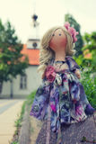 Χειροποίητη κούκλα με τη φυσική τρίχα σε ένα μακρύ φόρεμα προσθηκών Στοκ Φωτογραφίες