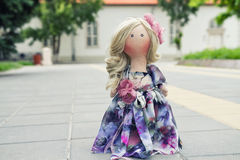 Χειροποίητη κούκλα με τη φυσική τρίχα σε ένα μακρύ φόρεμα προσθηκών Στοκ εικόνες με δικαίωμα ελεύθερης χρήσης