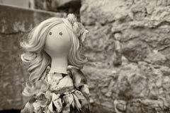 Χειροποίητη κούκλα με τη φυσική τρίχα σε ένα μακρύ φόρεμα προσθηκών Στοκ Εικόνες