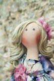 Χειροποίητη κούκλα με τη φυσική τρίχα σε ένα μακρύ φόρεμα προσθηκών Στοκ φωτογραφία με δικαίωμα ελεύθερης χρήσης